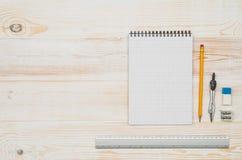 办公室从上面被看见的学校桌或书桌 顶视图 免版税图库摄影