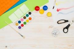 办公室从上面被看见的学校桌或书桌 顶视图 免版税库存图片