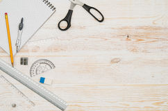 办公室从上面被看见的学校桌或书桌 顶视图 免版税库存照片