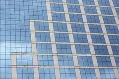 从办公室玻璃窗的蓝色背景 免版税库存图片