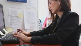 办公室责任的女实业家 股票录像