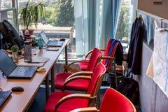 办公室 舒适的工作表,有笔记本膝上型计算机的工作场所 图库摄影
