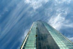 办公室buildin的玻璃墙的角度图 免版税图库摄影