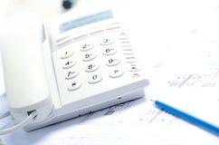 办公室telehone、图纸和铅笔 库存图片