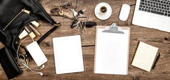 办公桌咖啡,办公用品,化妆用品,小配件 免版税库存照片
