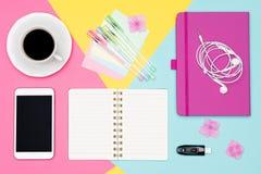 办公桌工作空间舱内甲板位置 工作区顶视图照片与空白嘲笑的智能手机、咖啡杯和开放笔记薄 库存图片