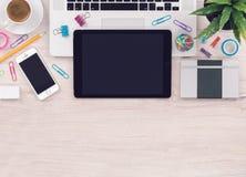办公桌桌工作场所有与拷贝空间的膝上型计算机片剂智能手机笔记本顶视图 库存图片