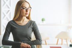 办公桌的体贴的女实业家 免版税库存图片