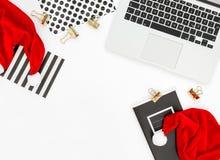 办公桌膝上型计算机红色圣诞节装饰企业假日 免版税库存照片