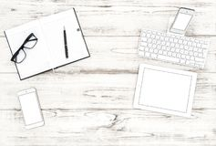 办公桌舱内甲板放置片剂个人计算机笔记本手机 库存图片