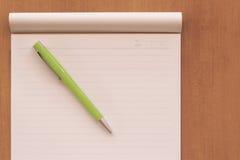 办公桌顶视图有开放螺纹笔记本的,写作绿色o 库存图片