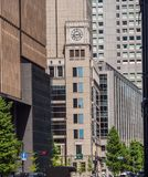 办公楼和现代建筑学在东京街市-东京,日本- 2018年6月19日 库存图片