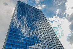 办公楼在有反射的柏林德国在玻璃门面 库存照片