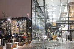 办公楼在赫尔辛基的中心在晚上 免版税库存图片