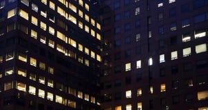 办公楼外部在晚上末期 库存照片