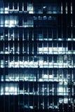办公楼外部在晚上末期 免版税库存图片