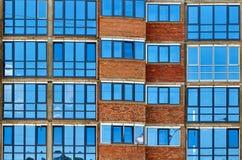 办公楼现代蓝色玻璃窗墙壁  免版税库存照片