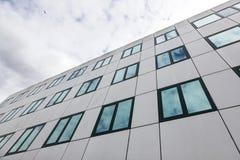 办公楼现代云彩的门面和反射在w的 免版税库存图片