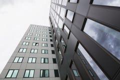 办公楼现代云彩的门面和反射 图库摄影