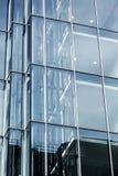 办公楼的现代玻璃门面 免版税库存照片