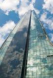 办公楼的玻璃墙的角度图 免版税库存图片