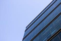办公楼的蓝色玻璃窗墙壁的旁边低角度视图 库存照片