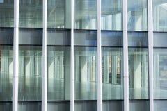 办公楼窗口有空的内部看法  库存照片