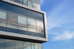 办公楼角落白色和蓝色财政商业scyscraper门面 库存照片