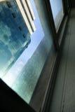 办公楼通过窗口 免版税图库摄影