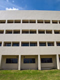 办公楼门面窗口在蓝天的 免版税库存照片