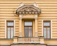 办公楼门面的Windows连续和阳台  库存图片