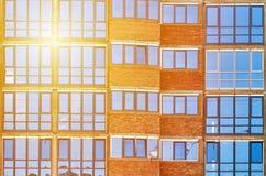 办公楼,阳光作用现代蓝色玻璃窗墙壁  免版税库存图片