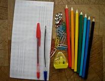办公用品多彩多姿在一张木桌上 免版税库存照片