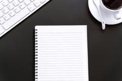 办公用品空白和笔记本在黑背景 免版税库存图片