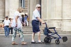 加上、男人和妇女上面轮椅没有一个 库存图片
