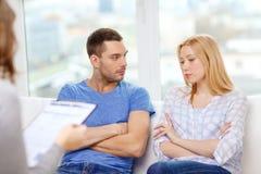 年轻加上一个问题在心理学家办公室 免版税库存照片