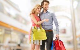 年轻加上一束购物袋 库存图片