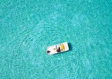 加上一条pedalo小船在马尔代夫 图库摄影