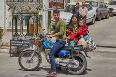 加上两个孩子停放一辆摩托车,喀山,伊朗 免版税库存照片