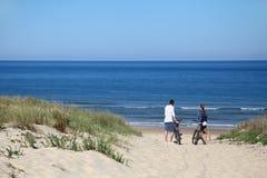 加上在一个沙滩的自行车由海洋 库存图片