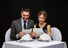 加上在片剂个人计算机的菜单在餐馆 库存照片