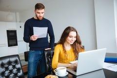 加上在网上付他们的帐单膝上型计算机在家 免版税库存照片