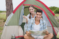 加上坐在他们的帐篷之外的地图 免版税库存照片