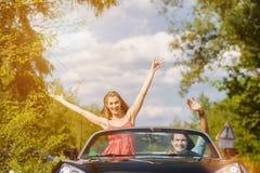 年轻加上敞蓬车汽车在春天 免版税库存照片