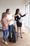 年轻加上旅行装入与经纪,公寓的会议竞争 免版税库存图片