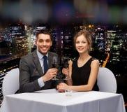 年轻加上杯在餐馆的酒 免版税图库摄影