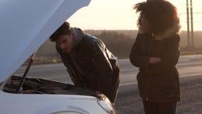加上残破的汽车开放敞篷在路旁的 股票视频
