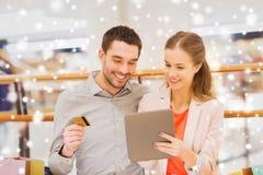 加上片剂个人计算机和信用卡购物 免版税图库摄影
