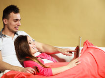 年轻加上片剂和信用卡在家 库存照片