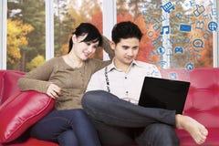 加上膝上型计算机浏览互联网 库存图片